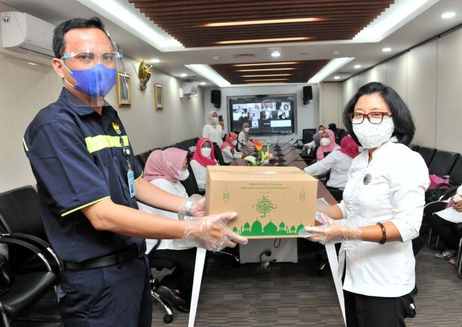 DWP Setkab Serahkan Bingkisan Lebaran Bagi Anak Yatim dan Petugas Kebersihan